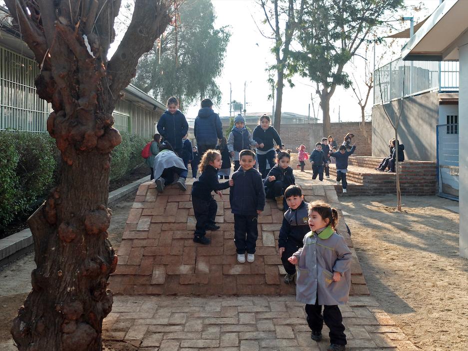 Dar una nueva vida a los patios escolares disminuye la violencia entre los alumnos, El Mercurio